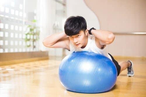必要なのはボール1つ!バランスボールで全身をバキバキに筋肉を鍛えよう!